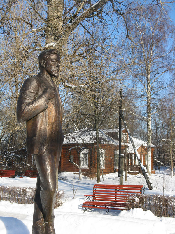 Памятник в Мелихово